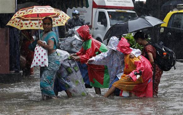 मुसळधार पाऊस कोसळत असल्याने मुंबई आणि ठाणे जिल्ह्यातील शाळा सोडण्यात आल्यात...पालक आपल्या पाल्याला सुखरूप घरी नेताना