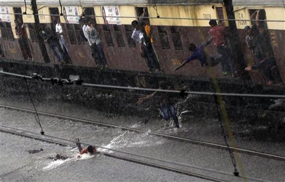 मुंबई लोकल पावसाने धिमी