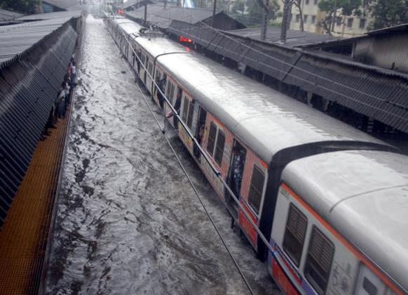 मुंबईत पावसाने कहर केलाय. रेल्वे रूळावर पाणी साचल्याने ट्रेन पाण्यात अडकली..