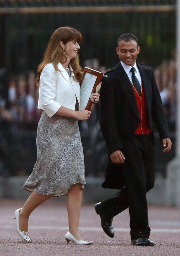 राणीची प्रेस सेक्रेटरी अॅल्सा अॅन्डरसन मीडियाकडे जाताना...