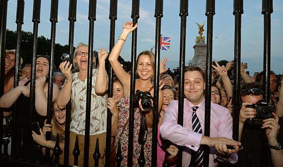 प्रिन्स विल्यम्स आणि त्यांची पत्नी केट मिडलटन यांना पुत्ररत्नाची प्राप्ती झालीय... ब्रिटनला नवा राजपुत्र मिळालाय.... पत्रकारांनी अशी गर्दी केली होती