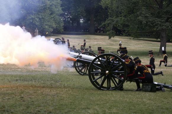 लंडनच्या ग्रीन पार्कमध्ये यानिमित्तानं ४१ तोफांची सलामी दिली गेली