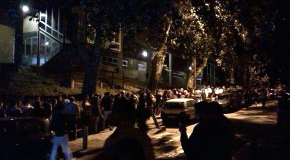 स्पेनमध्ये येथे झालेला रेल्वे अपघातानंतर  सॅन्टीएगो दि कॉम्पोस्टेला या स्टेशनजवळ अनेकांनी रात्री गर्दी केली.
