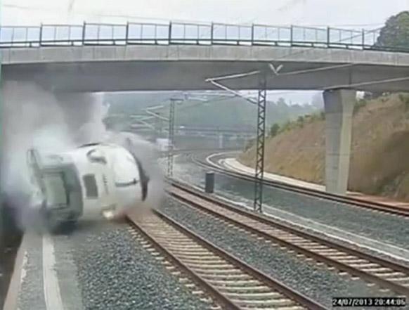 स्पेनमधील सॅन्टीएगो दि कॉम्पोस्टेला येथे झालेला भीषण अपघात