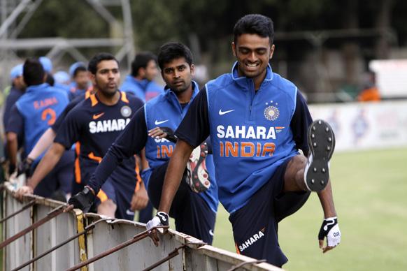 हरारे येथील क्रिकेट सामन्यासाठी सराव करतांना भारतीय खेळाडू