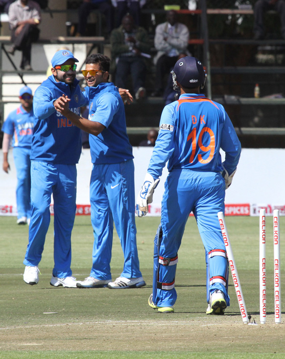 हरारे येथील क्रिकेट सामन्यात विकेट घेतल्याने भारतीय खेळाडू आनंद व्यक्त करतांना