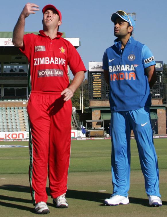 दुसऱ्या क्रिकेट सामन्यात टॉस उडविताना दोन्हा टीमचे कर्णधार...झिंम्बाब्वे टॉस जिंकत फिल्डिंगचा निर्णय घेतला