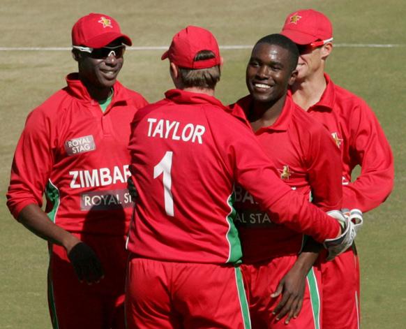 दुसऱ्या सामन्यात भारताची पहिली विकेट लवकर मिळाल्यानंतर आनंद व्यक्त करताना झिंम्बाब्वेचे खेळाडू