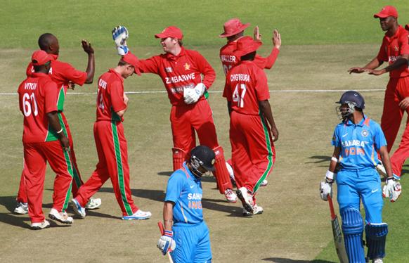 भारताच्या रोहित शर्माची विकेट घेतल्यानंतर आनंद व्यक्त करताना झिंम्बाब्वेचे खेळाडू