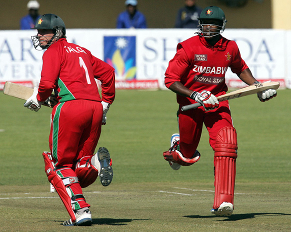 बुलावायो येथील झिम्बाब्वे X भारत चौथा सामना. ब्रेंडन टेलर आणि वुसि सिंबांडा रन्स काढताना