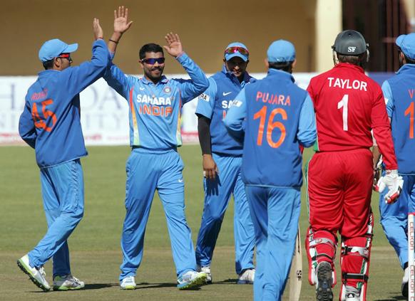 झिंम्बाब्वेची ब्रेंडन टेलरची विकेट गेल्यानंतर भारतीय खेळाडूंनी असा आनंद साजरा केला.