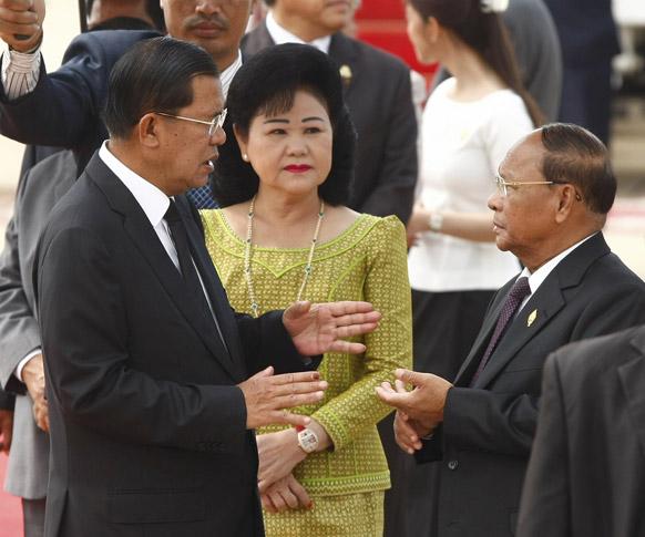 फ्नॉम पेन्ह आंतरराष्ट्रीय विमानतळवर  कंबोडिया देशाचे पंतप्रधान हन सेन आणि त्यांची पत्नी बन रॅनी यांच्यासोबत  उभे असणारे राष्ट्रीय विधानसभेचे अध्यक्ष हेन्ग सामरीन