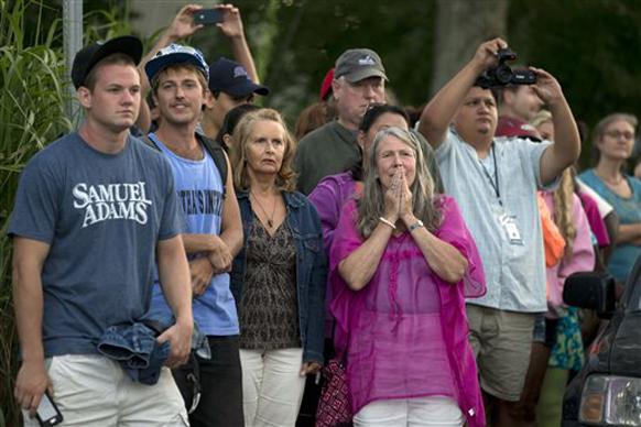 बराक ओबामा येणार असल्याची माहिती मिळताच लोकांनी व्हाइनयार्डच्या बेटावर नॅन्सी रेस्टॉरंटच्या बाहेर पाहण्यासाठी केलेली गर्दी