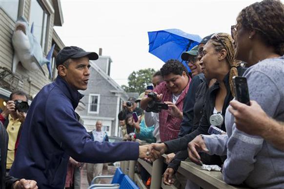 ओबामा यांनी बेटावरील नागरीकांशी हस्तांदोलन केले.