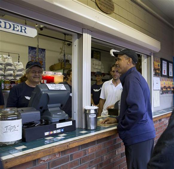 अमेरिकेचे अध्यक्ष बराक ओबामा सध्या सुट्टीवर आहेत. त्यांनी व्हाइनयार्डच्या बेटावर नॅन्सी  रेस्टॉरंटमध्ये लंच केलं. त्यापूर्वी ऑर्डर करताना