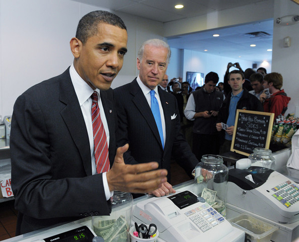 अमेरिकेचे अध्यक्ष बराक ओबामा यांनी जेवण घेतल्यानंतर स्वत: जाऊन बिल पेड केलं.