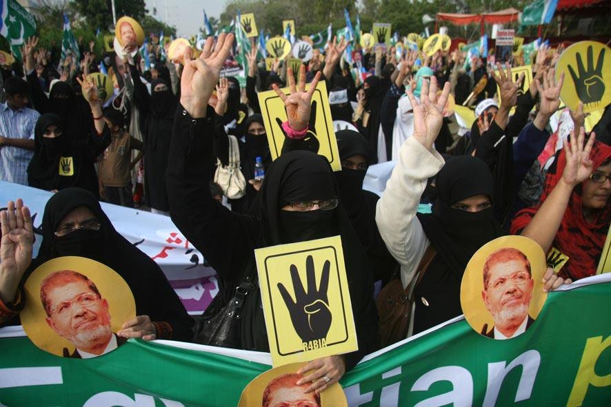 इजिप्त येथे राष्ट्रपती मोहम्मद मोर्सी यांच्या समर्थनात पाकिस्तानात पाकिस्तानी धार्मिक पार्टीचे  समर्थक रॅली काढताना