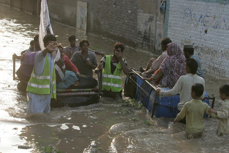 नागरिकांना सुरक्षित ठिकाणी नेताना. पाकिस्तानच्या लाहोरमधील ग्रामीण भागातील एक दृश्य