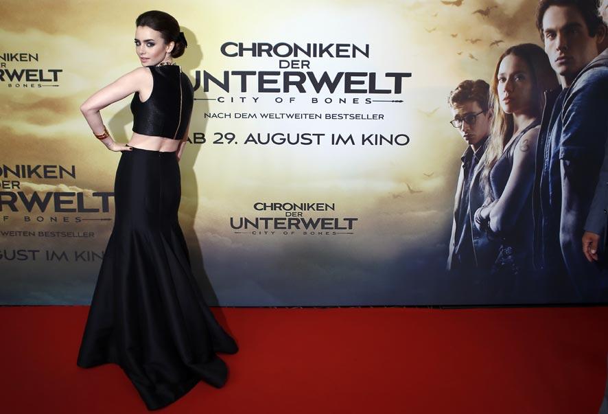 जर्मनीतील बर्लिन येथे एका कार्यक्रमात आलेली ब्रिटिश अभिनेत्री लिली कोलिन्स मीडियाला पोझ देताना.