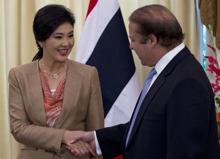 इस्लामाबादमध्ये पाकिस्तानचे पंतप्रधान नवाज शरीफ यांची भेट घेताना शिनावात्रा.