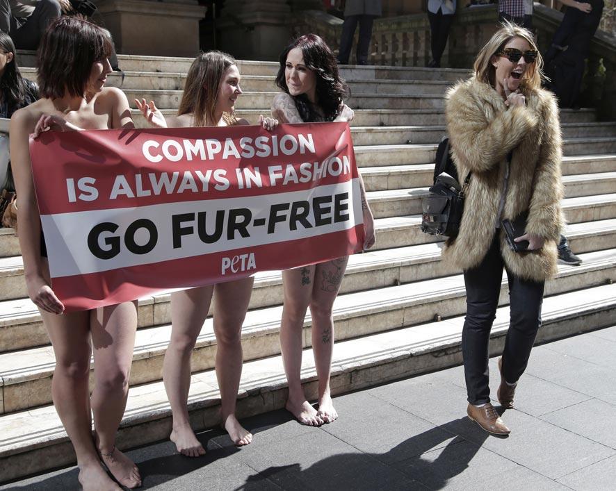 जनावरांच्या कातडीचा कपड्यांसाठी वापर करू नये, यासाठी ऑस्ट्रेलियातील काही तरूणींनी आपले कपडे काढून असा विरोध दर्शविला.