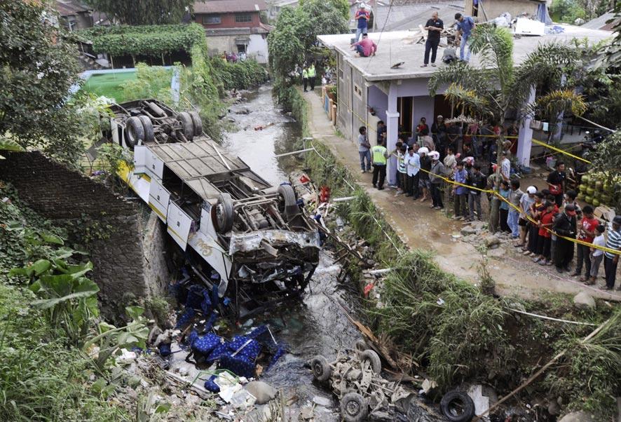 इंडोनेशियातील पश्चिम जावा येथे दुर्घटनाग्रस्त बस.