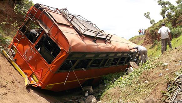 सातारा जिल्ह्यातील वर्धनगड घाटात एसटी कोसळून झालेल्या अपघातात तीन ठार तर ३८ प्रवासी जखमी झालेत