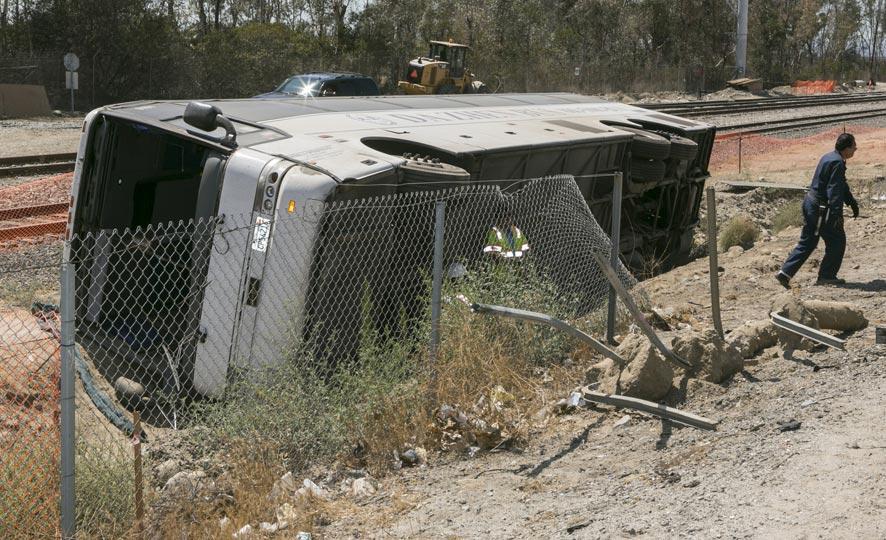दक्षिण कॅलिफोर्नियामध्ये बस अपघातातील काही लोकांना बाहेर काढले