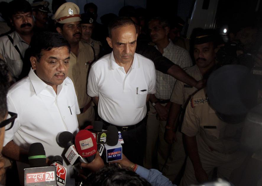 जसलोक हॉस्पीटीलजवळ महाराष्ट्राचे गृहमंत्री आर.आर. पाटील आणि मुंबईचे कमिश्नर सत्यपाल सिंग हे गैंगरेप संदर्भात पत्रकारांशी  बोलतांना