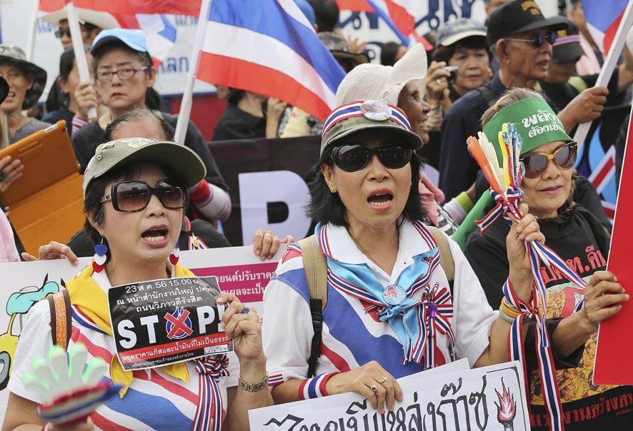 थायलंडमधील पेट्रोलियम प्राधिकरणाच्या मुख्यालयाच्या बाहेर काही घोषना होत आहेत