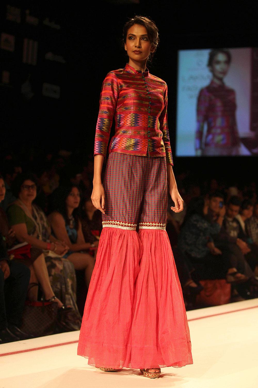 कृष्णा मेहता यांचं कलेक्शन सादर करतांना मॉडेल्स... मुंबईतल्या लॅक्मे फॅशन वीकच्या रॅम्पवर...