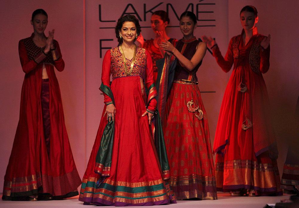'लॅक्मे फॅशन वीक'मध्ये मराठी संस्कृतीचं दर्शन घडवतांना जुही चावला...