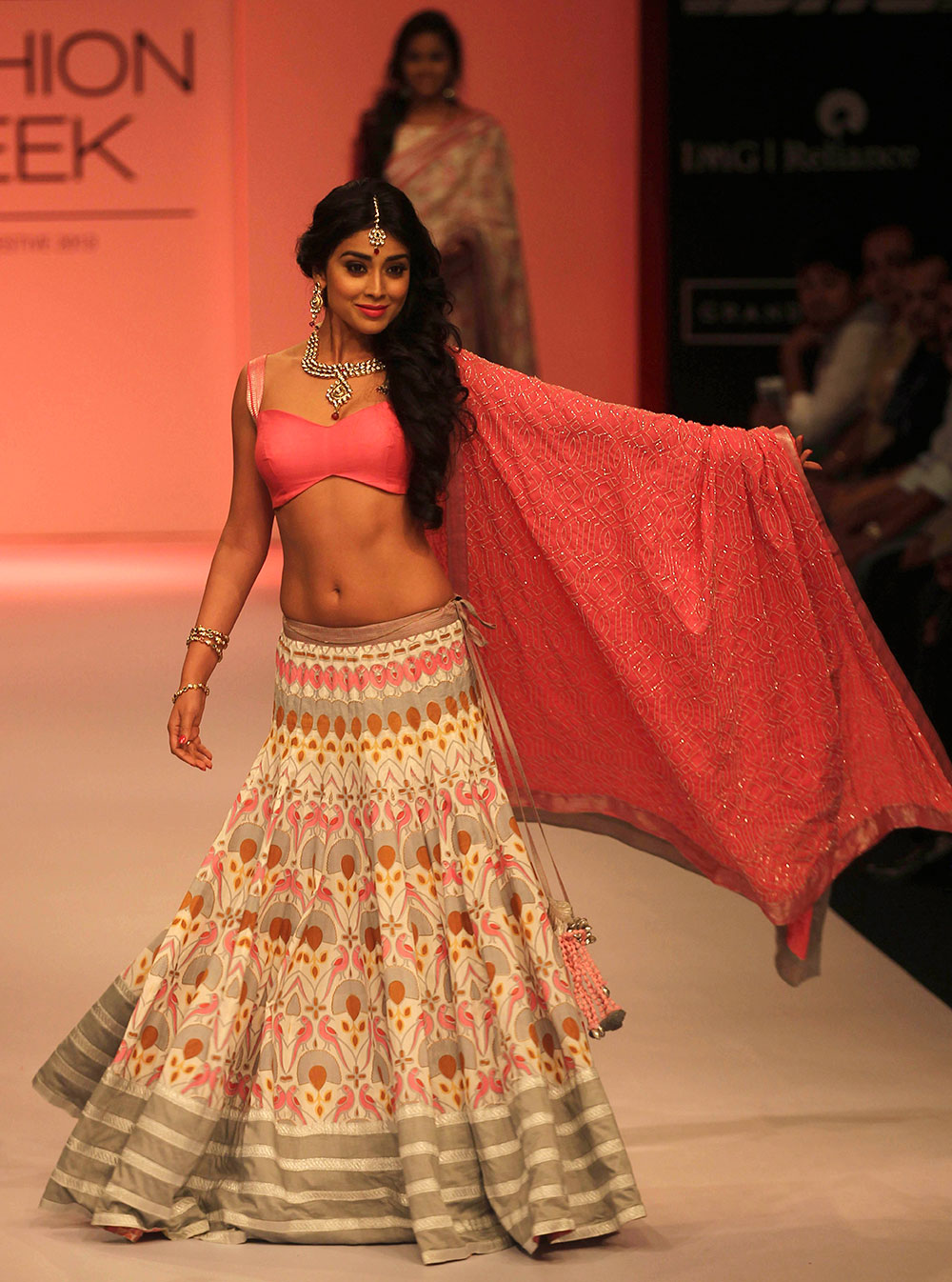 अभिनेत्री श्रिया सरन श्रवण कुमार यांचं कलेक्शन सादर करताना लॅक्मे फॅशन वीकच्या रॅम्पवर...