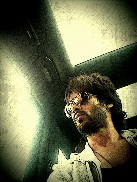 मुंबईच्या ट्रॅफिकमध्ये अडकलेल्या शाहिद कपूरने स्वतःचा फोटो  अपलोड केला