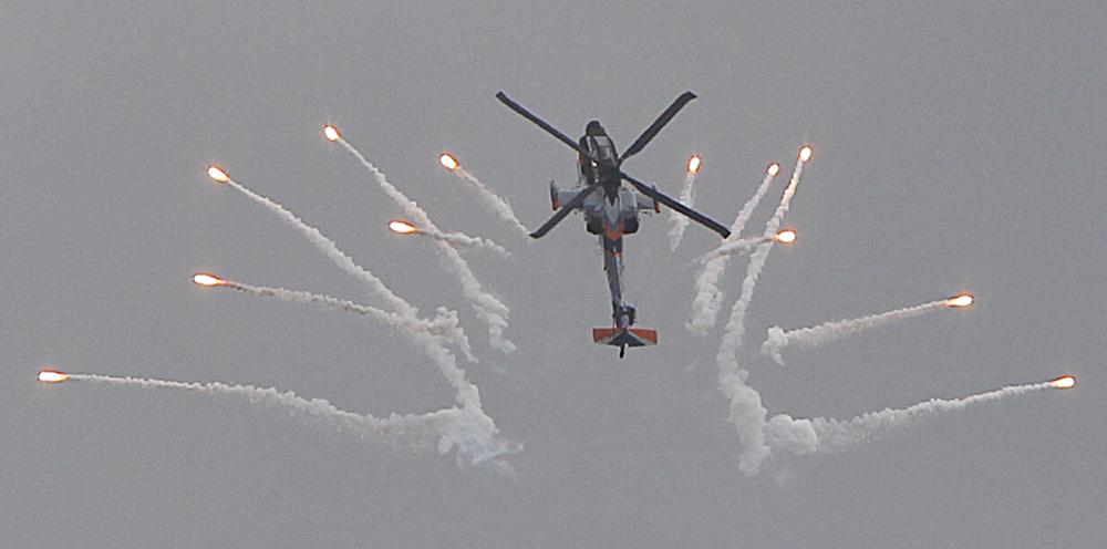 एक डच एएच-64 अपाचे हेलिकॉप्टर पोलंडमध्ये आंतरराष्ट्रीय हवाई प्रदर्शन करतांना...