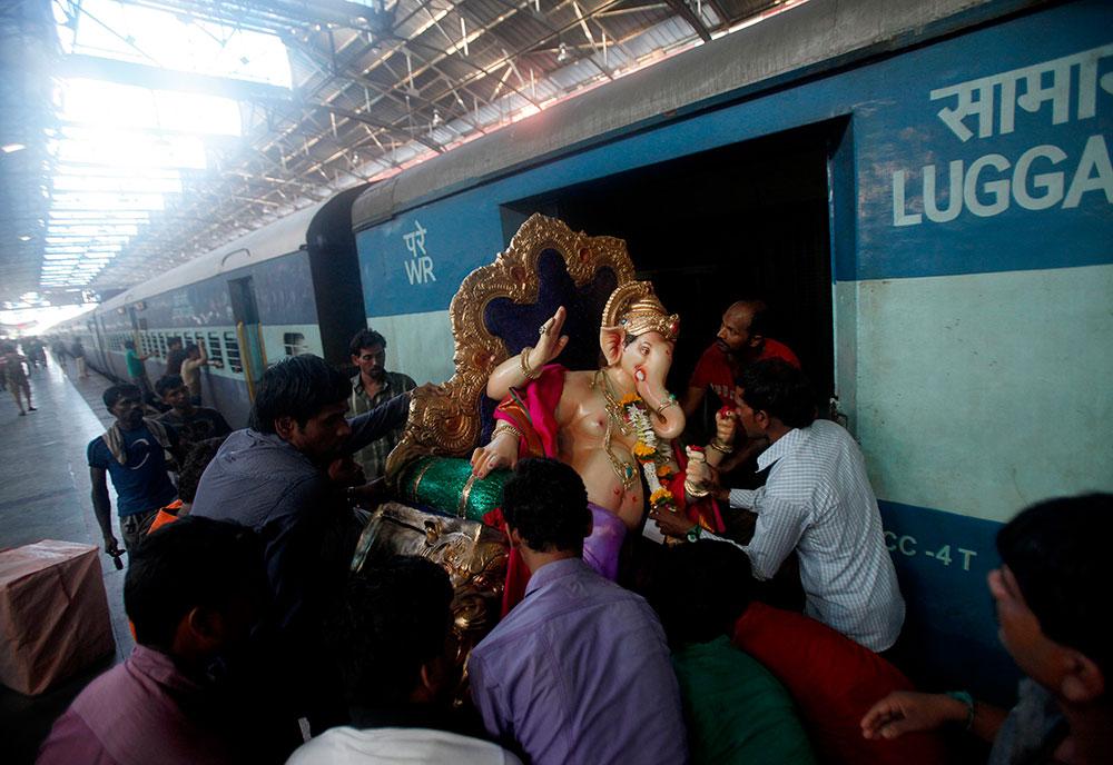 मुंबईतून कोकणात रेल्वे मार्गे गणपती मूर्ती नेतांना भाविक