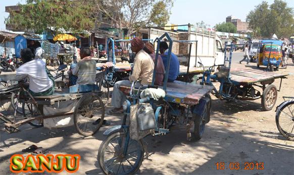 जुन्या पुराण्या सायकलींचा वाहतूकीसाठी उपयोग केला जातो