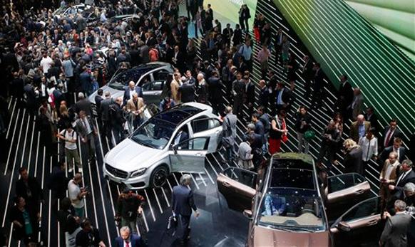 फ्रँकफर्ट ऑटो शो २०१३ च्या पहिल्या दिवशी मर्सिडीजच्या मोटारींसमोर प्रेक्षकांनी गर्दी केली होती.