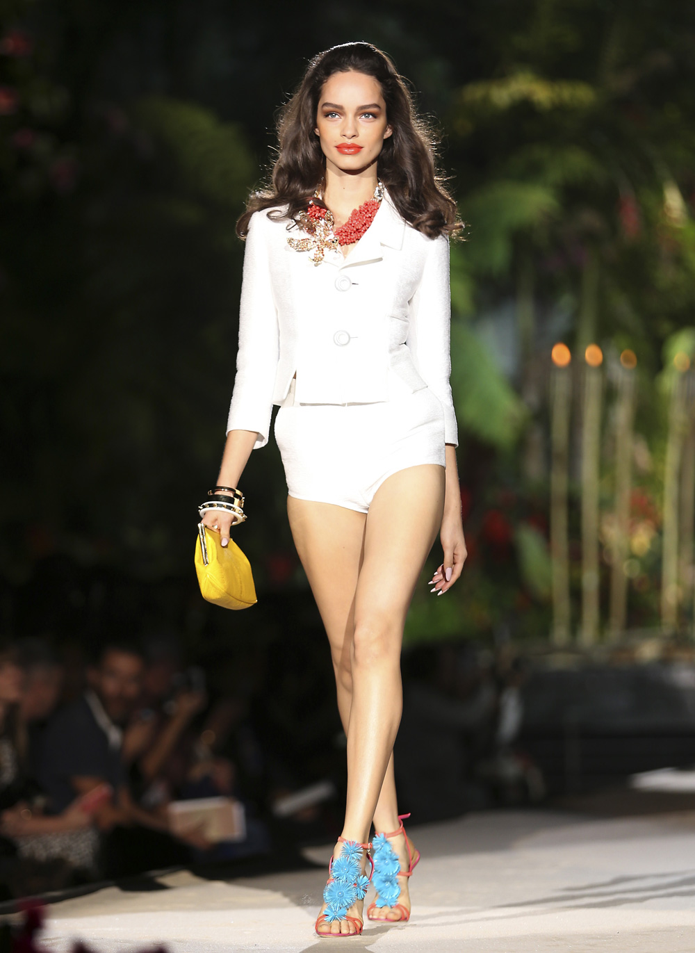 मिलान फॅशन विक २०१३ मध्ये रॅम्प वॉक करताना एक मॉडेल...