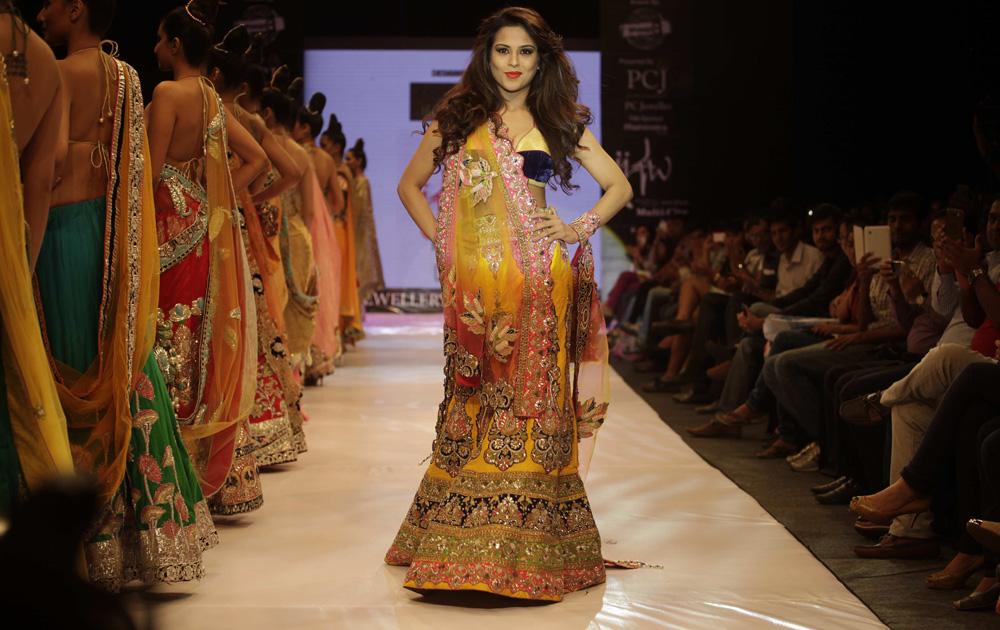 अहमदाबाद इथं झालेल्या भारतीय दागिने आणि फॅशन वीक मध्ये डिझायनर मोहितचे क्रिएशन दाखवतांना मॉडेल