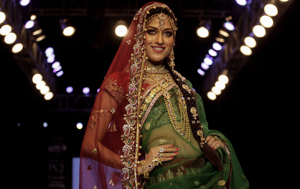 अहमदाबाद येथील भारतीय दागिने आणि फॅशन वीक मध्ये मॉडेल