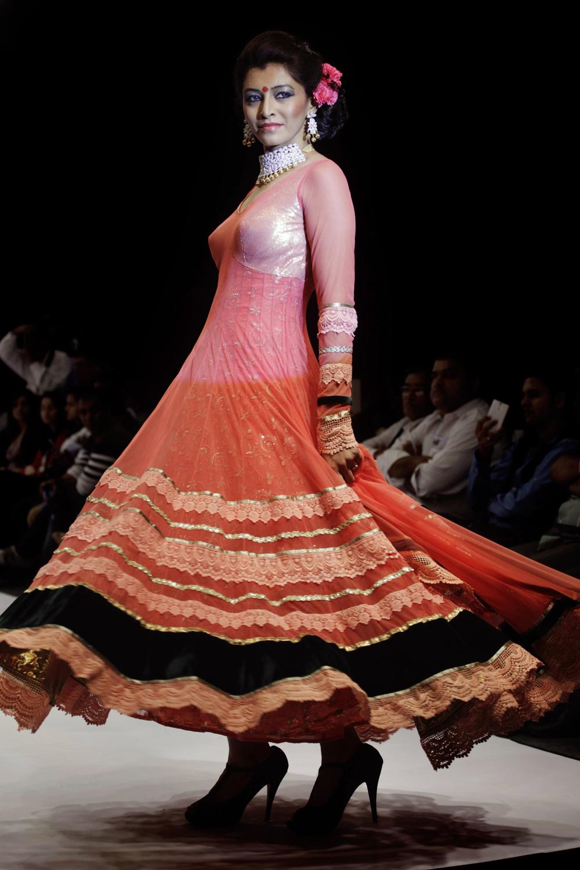 अहमदाबाद येथील भारतीय दागिने आणि फॅशन वीक मध्ये डिझायनर सुमीत दासगुप्ताचे क्रिएशन दाखवतांना मॉडेल