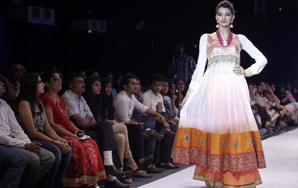 अहमदाबाद इथं झालेल्या भारतीय दागिने आणि फॅशन वीक मध्ये डिझायनर नीती मेहताचे क्रिएशन दाखवतांना आणखी एक मॉडेल