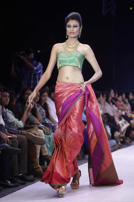 अहमदाबाद इथं झालेल्या भारतीय दागिने आणि फॅशन वीक मध्ये डिझायनर नीती मेहताचे क्रिएशन दाखवतांना मॉडेल