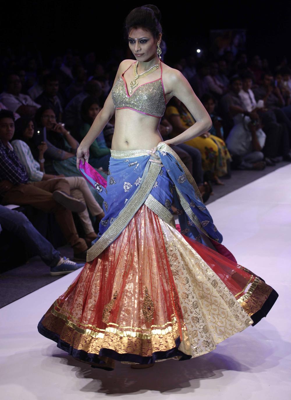 अहमदाबाद येथील फॅशन वीकमध्ये भारतीय दागिने परिधान करून रॅम्प वॉक करताना मॉडेल.