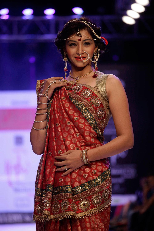 अहमदाबाद येथील फॅशन वीकमध्ये भारतीय दागिने परिधान केलेली मॉडेल.