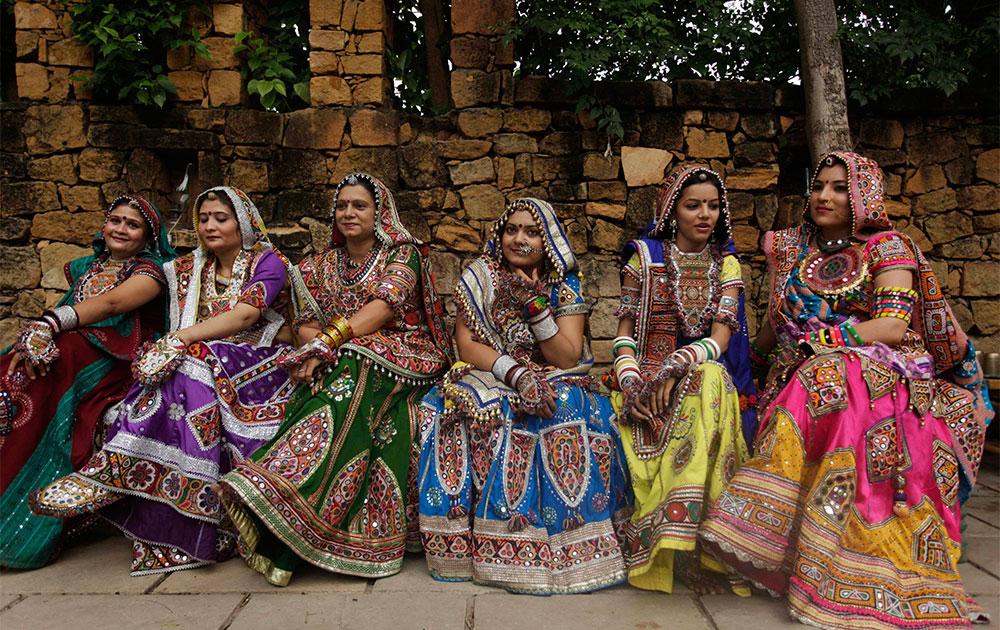 पारंपरिक कपडे परिधान करून महिला गरबा नृत्य सरावासाठी सज्ज.