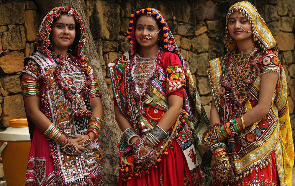 नवरात्री महोत्सवानिमित्ताने भारतीय पारंपरिक वेशातील महिला.