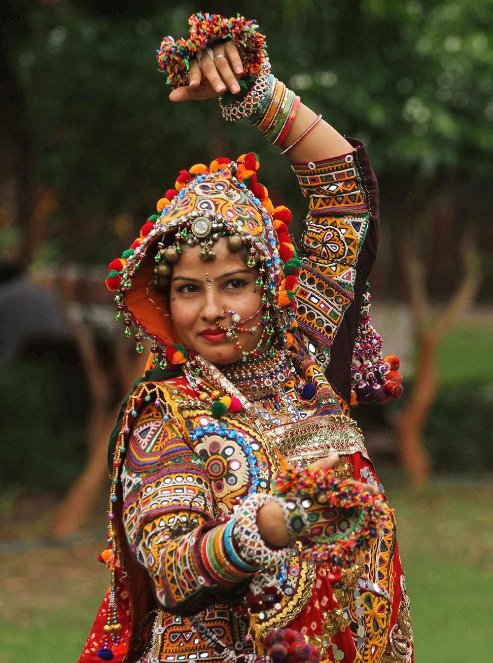 नवरात्री महोत्सव : अहमदाबाद येथे भारतीय पारंपरिक वेशात महिला.