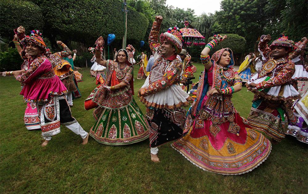 नवरात्री महोत्सव : अहमदाबाद येथे  गरबा नृत्य